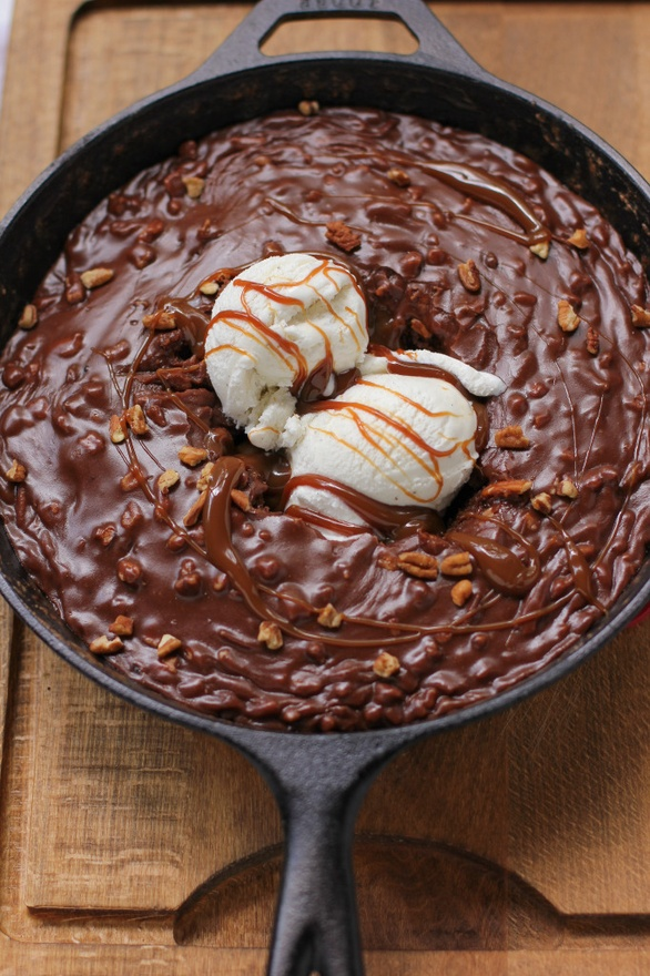 Gooey Chocolate Fudge Cake in a cast iron skillet!ApplePins.com