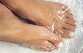 Here are 5 great vinegar foot soak remedies.
