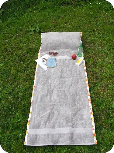 Tutorial for sunbathing towel with pillow that wraps up into a tote.
