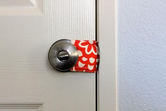 Как сделать чтоб дверь сама закрывалась