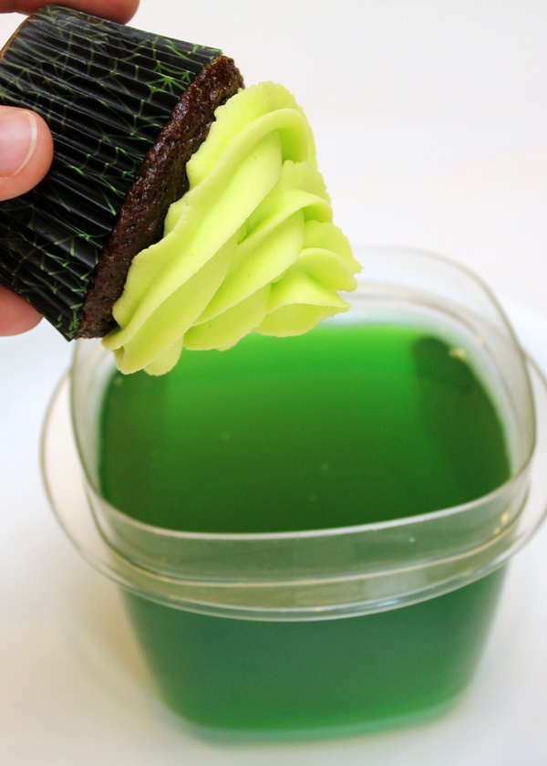 Glow in the dark cupcake frosting using tonic water and jello!