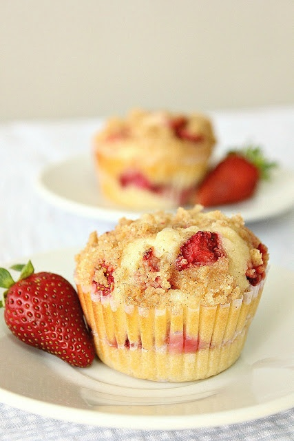 Strawberry Cheesecake Muffins with Cinnamon Crumb ToppingApplePins.com