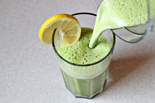Super Detox Smoothie by zoomyummy: Pineapple juice, lemon juice, a handful of spinach and 1/4tsp grated ginger. #Smoothie #Detox #Pineapple_Juice #Lemon_Juice #Spinach #Ginger #zooomyummy