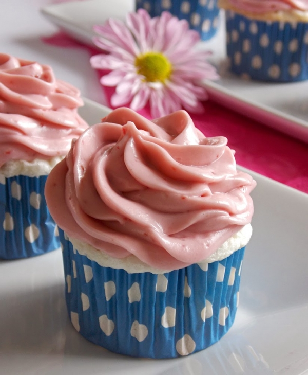 Fluffy cupcakes topped with a raspberry cream cheese frosting! OMG